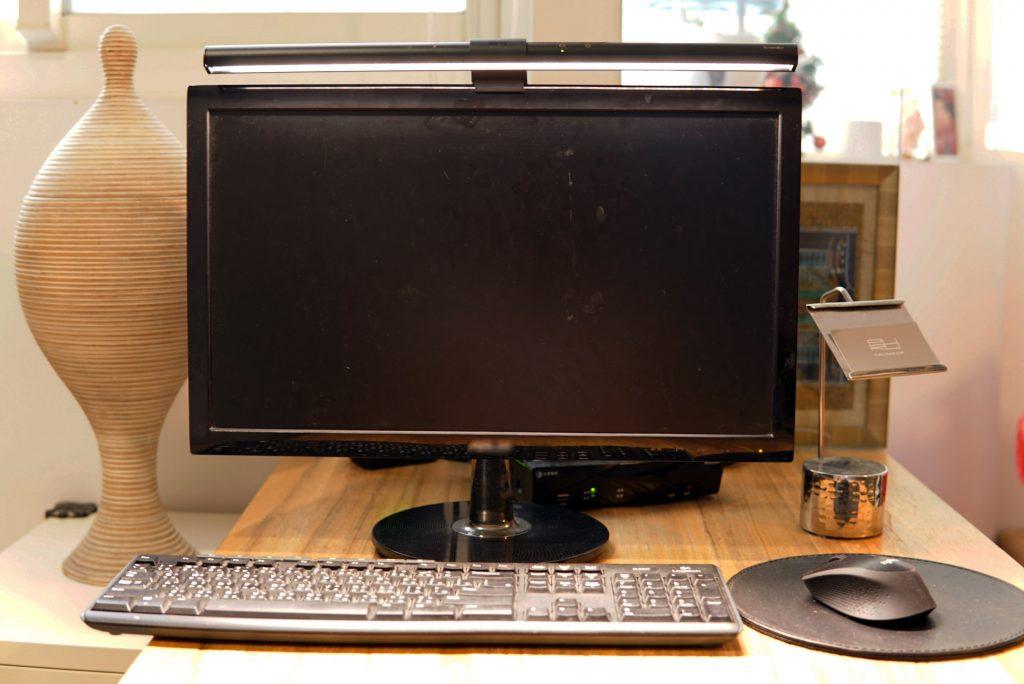 【開箱】BenQ螢幕智能掛燈WiT ScreenBar。照明範圍超廣的用電腦護眼燈具大推薦!