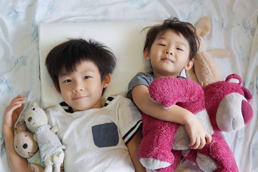 【育兒好物】舒適透氣超貼合的無毒兒童枕頭推薦–GreySa格蕾莎兒童環保記憶枕